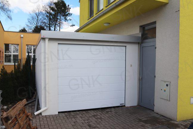 Montovaná garáž pre jedno auto s atikou vo farbe biely hliník