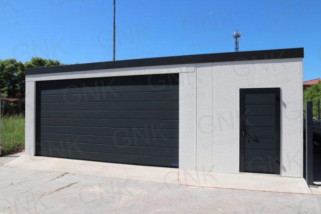 Montovaná garáž spojená s mini skladom v svetlo-sivej omietke