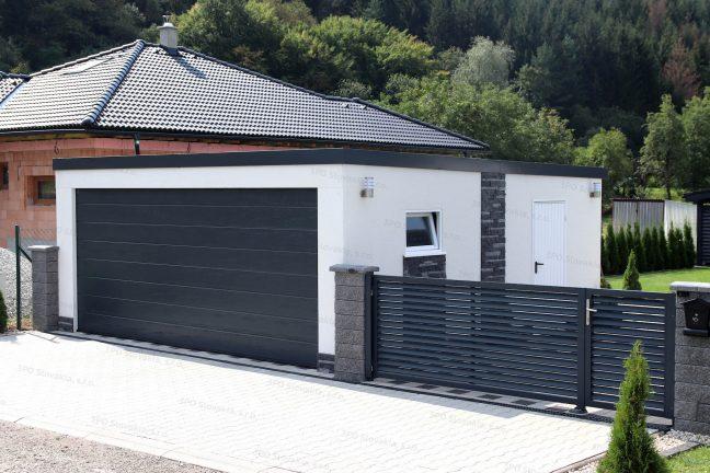 Garáž pre dve autá s antracitovou bránou pri dome s valbovou strechou