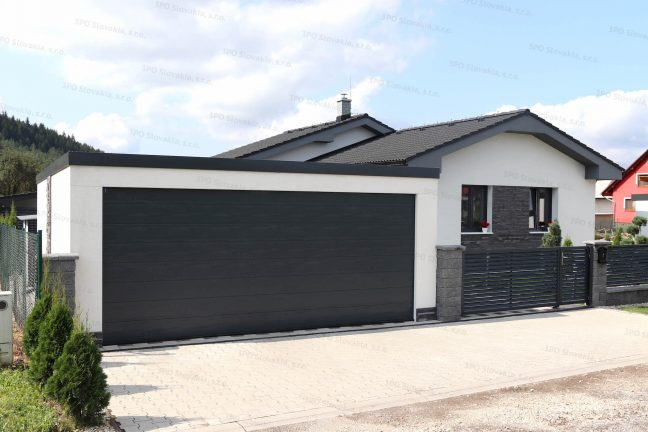Moderná garáž pre dve autá pri rodinnom dome s antracitovou strechou