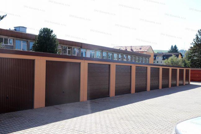 Moderná radová garáž v oranžovej omietke s bránami Hormann v hnedej farbe