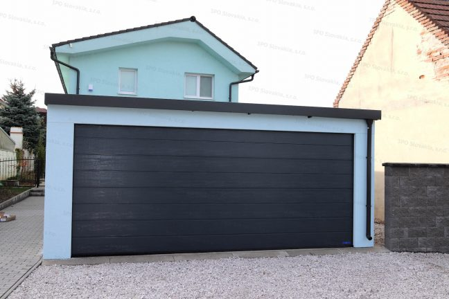 Montovaná garáž v mentolovej omietke s antracitovou garážovou bránou Hormann