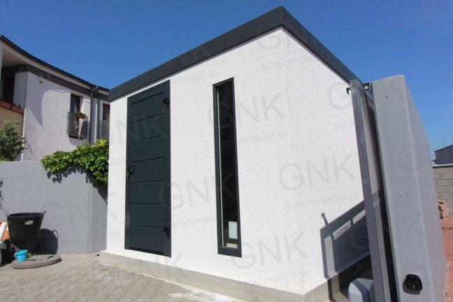 Moderný záhradný domček s antracitovými dverami Hormann LPU40