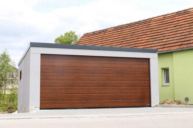 Montovaná dvojgaráž s bránou Hormann v hnedej farbe