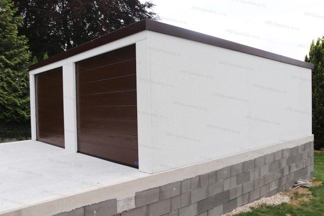 Bočná strana garáže pre dve autá v bielej omietke