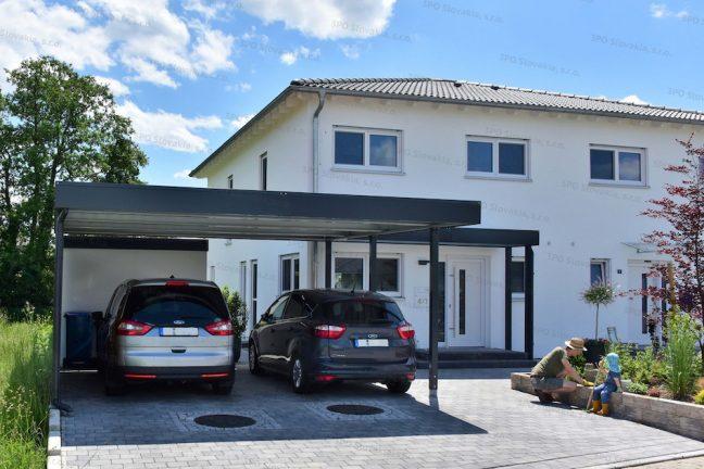 Antracitový prístrešok pre dve autá pri bielom rodinnom dome