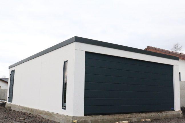 Dizajnová garáž pre dva automobily s antracitovou strechou