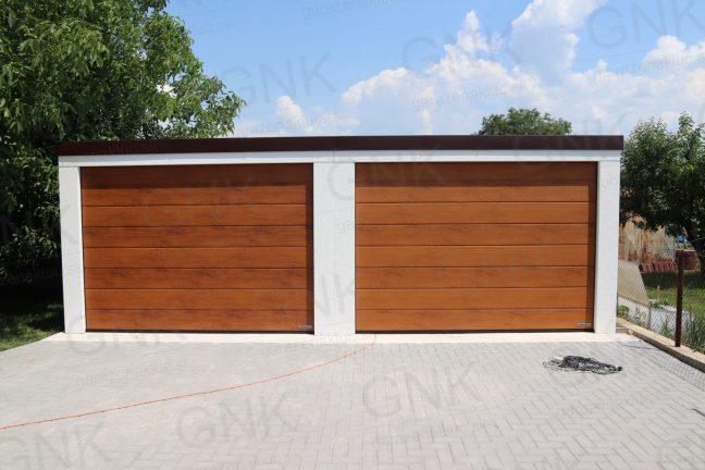 Garáž pre dve autá s garážovou bránou Hormann vo farbe zlatý dub