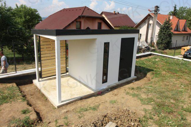 Moderný záhradný domček v bielej omietke s prístreškom