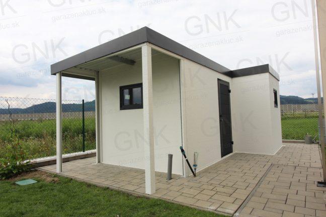 Atypický záhradný domček do tvaru L s prístreškom