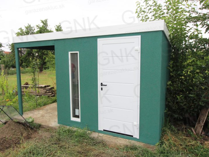 Montovaný záhradný domček v zelenej omietke s dverami Hormann LPU40