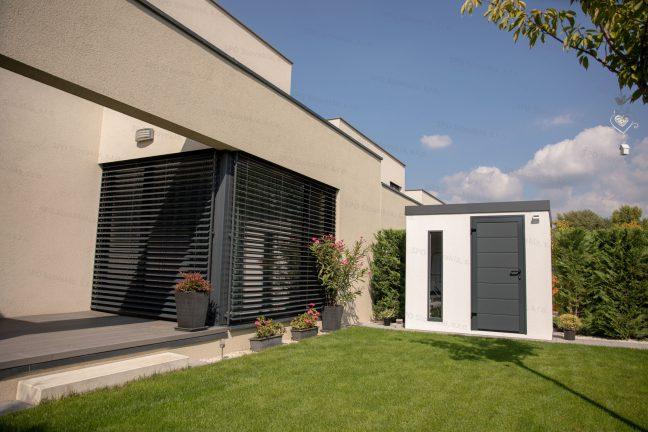Záhradný domček v bielej omietke s antracitovými dverami Hormann LPU40