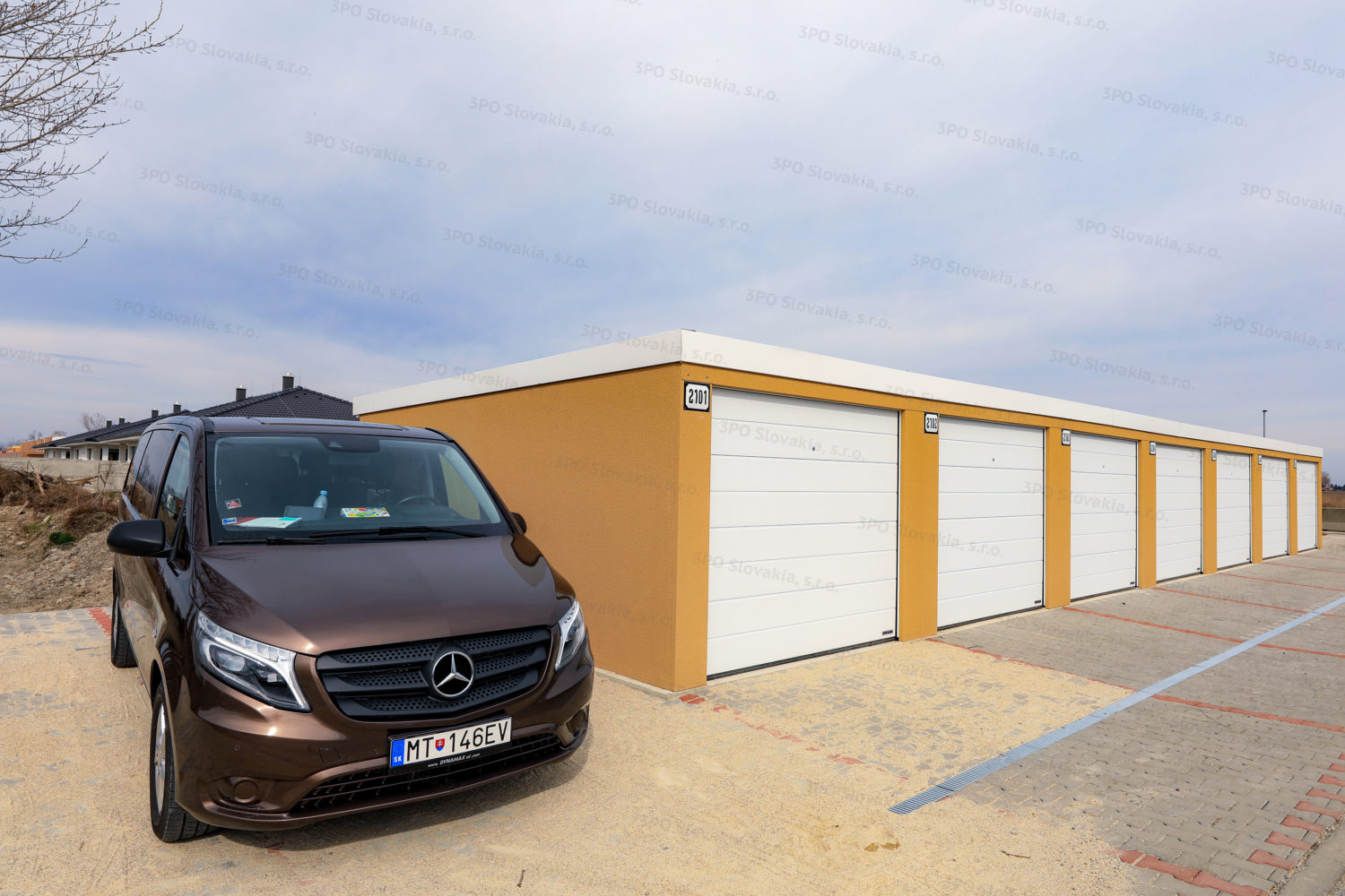 Garáž pre 7 automobilov s bielymi garážovými bránami Hormann