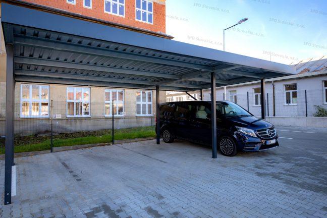 Montovaný prístrešok SIEBAU pre tri autá na parkovisku