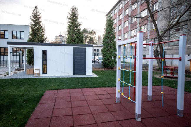 Montovaný záhradný domček GARDEON na detskom ihrisku