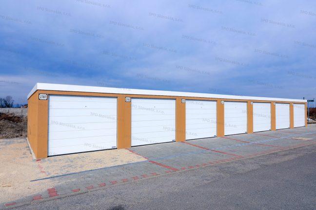 Montovaná radová výstavba garáží v kukuricovej omietke