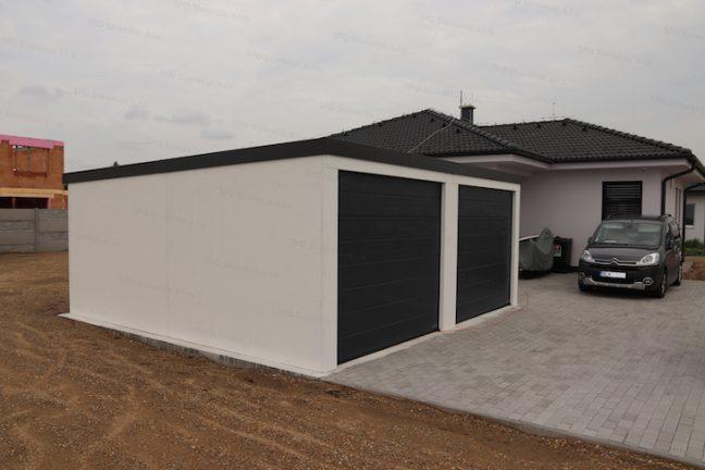 Dvojgaráž GARDEON v bielej omietke s dvomi garážovými bránami Hormann