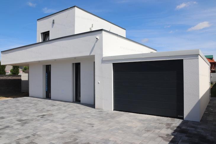 Montovaná garáž GARDEON v bielej omietke s antracitovou bránou Hormann