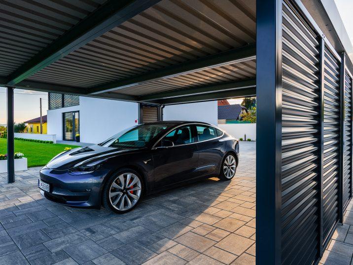 Tesla zaparkovaná v prístrešku SIEBAU v antracitovej farbe