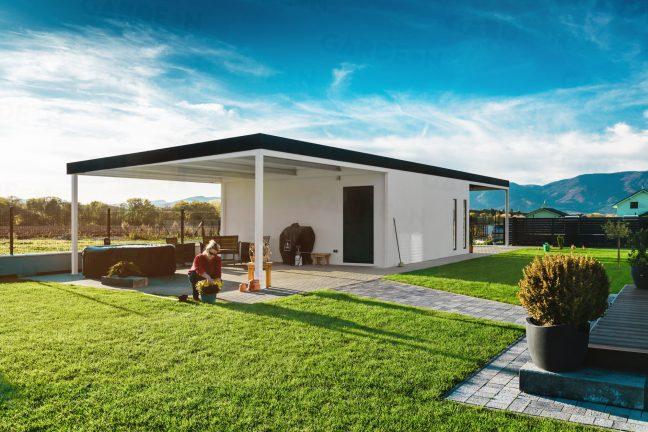 Montovaná garáž GARDEON s prístreškom na zadnej strane