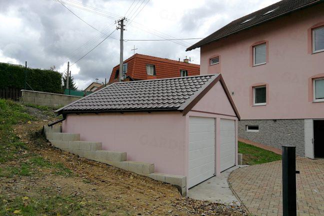 Montovaná garáž v ružovej omietke pri rodinnom dome