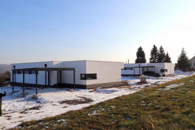 Montované prístrešky GARDEON pri moderných domoch