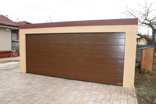 Garáž pre dve autá s hnedou garážovou bránou