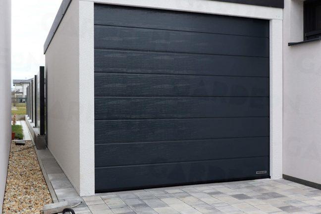 Jednogaráž v bielej omietke s antracitovou garážovou bránou