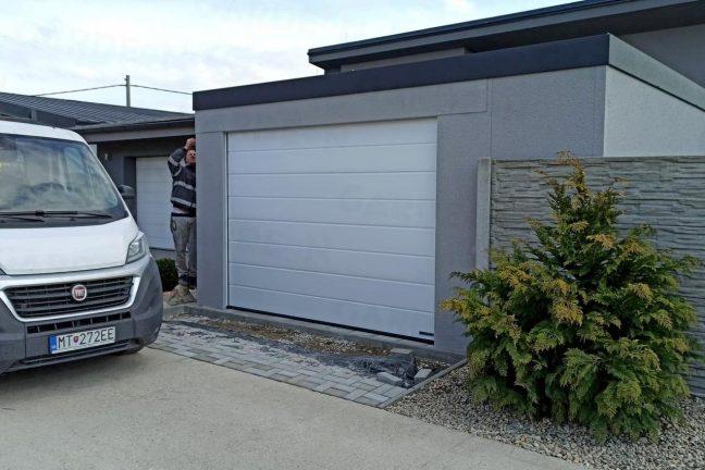 Garáž pre jedno auto s bielou garážovou bránou