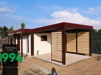 Záhradný domček s prestrešením v hnedej farbe