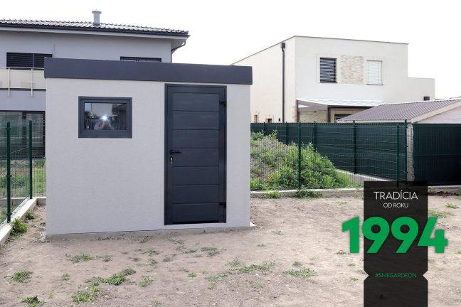 Sivý záhradný domček s rovnou strechou