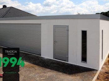 Atypická garáž bielej farby z bočného pohľadu
