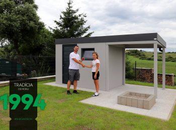 Záhradný domček so spokojnou zákazníčkou