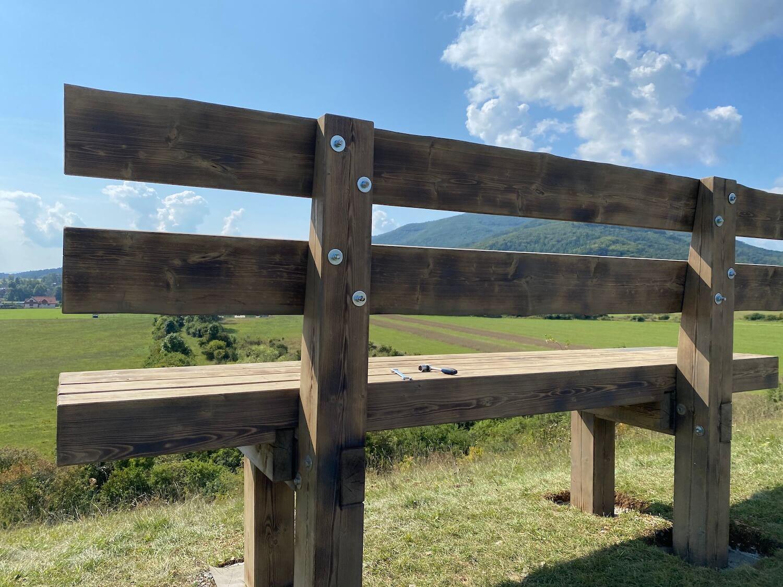 Hotová lavička GARDEON na kopci