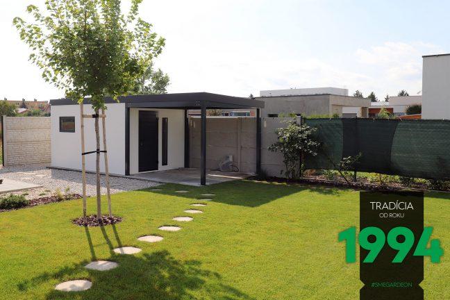 Biely záhradný domček s prístreškom na záhrade
