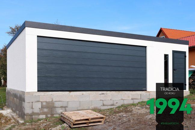 Atypická garáž v bielej farbe s tmavou atikou