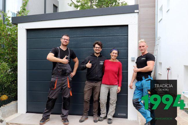 Spokojní zákzaníci pred bielou garážou pre jedno auto