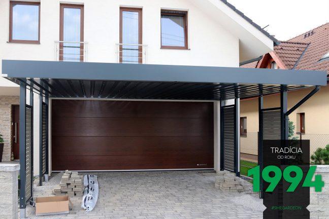 Prístrešok SIEBAU pre dve autá pred garážou