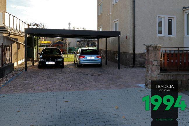 Dve autá zaparkované pod prístreškom