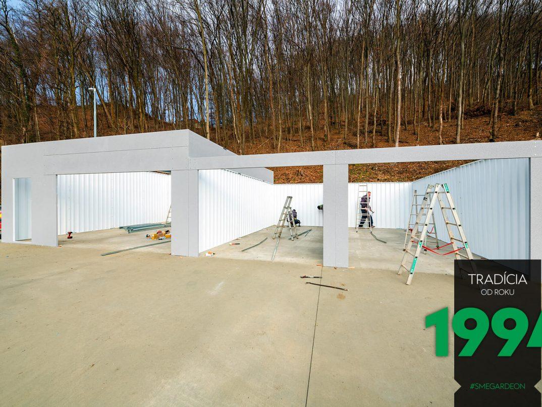 Rebríky pri montáži radovej garáže