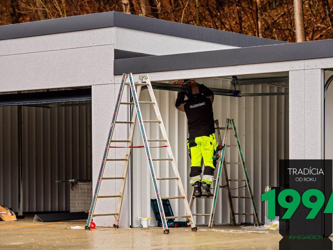 Montáž nižšej časti radovej garáže
