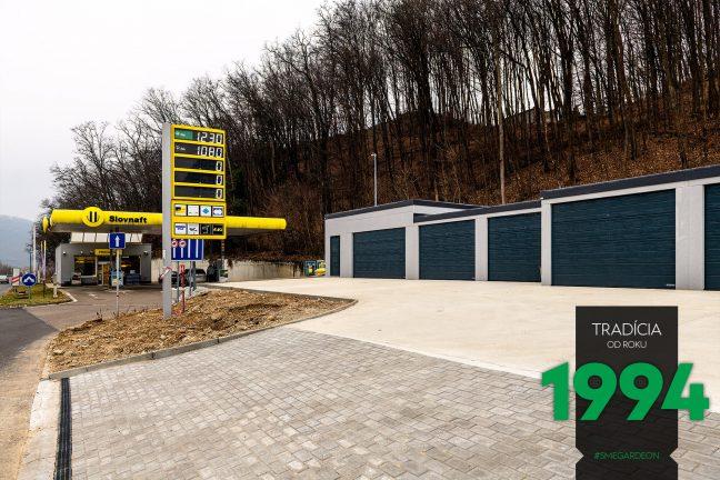 Radová montovaná garáž v sivej omietke pri Slovnafte