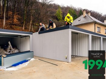 Montážnicí montujú strechu garáže