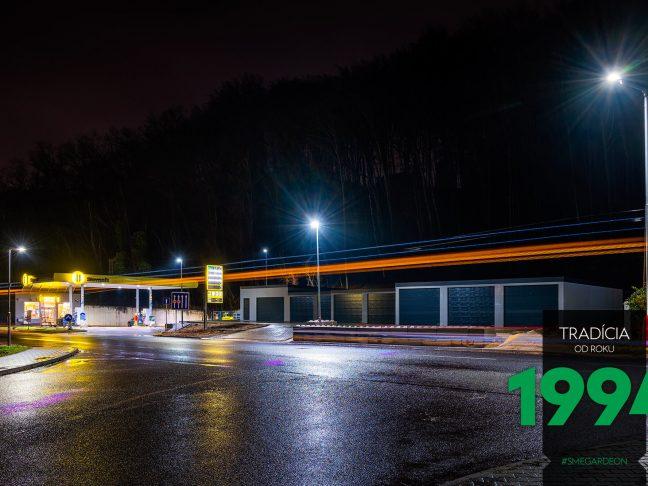 Radová montovaná garáž v noci
