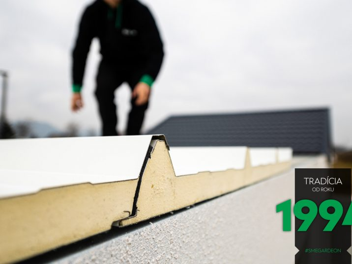 Montážnik na streche montovanej garáže