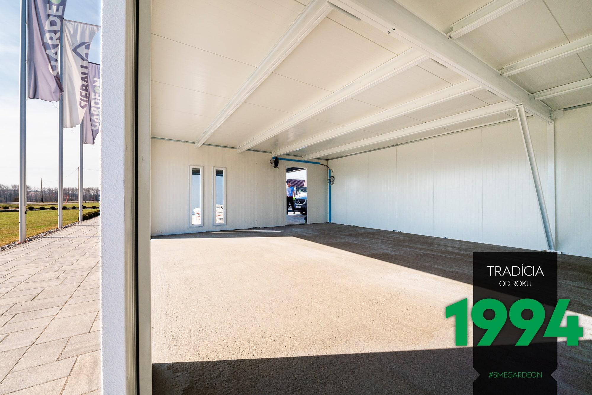 Atypická garáž s voma svetlíkmi