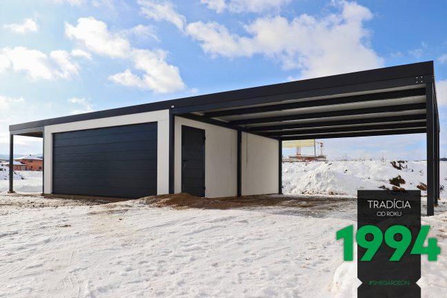 Atypická garáž s prístreškami v tmavej farbe