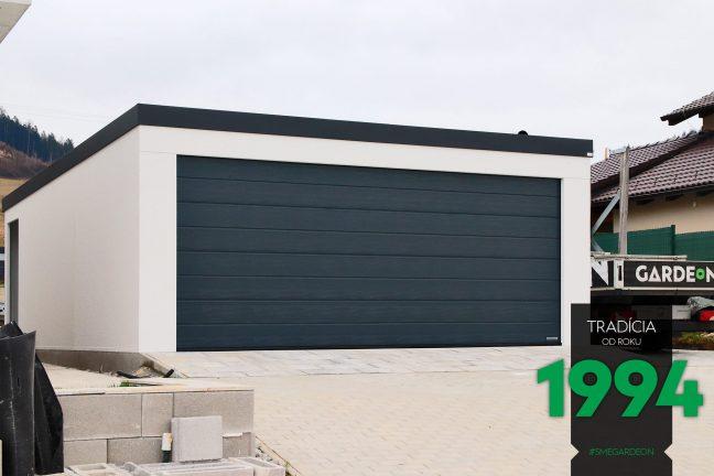 Dvojgaráž v bielej omietke s tmavou garážovou bránou