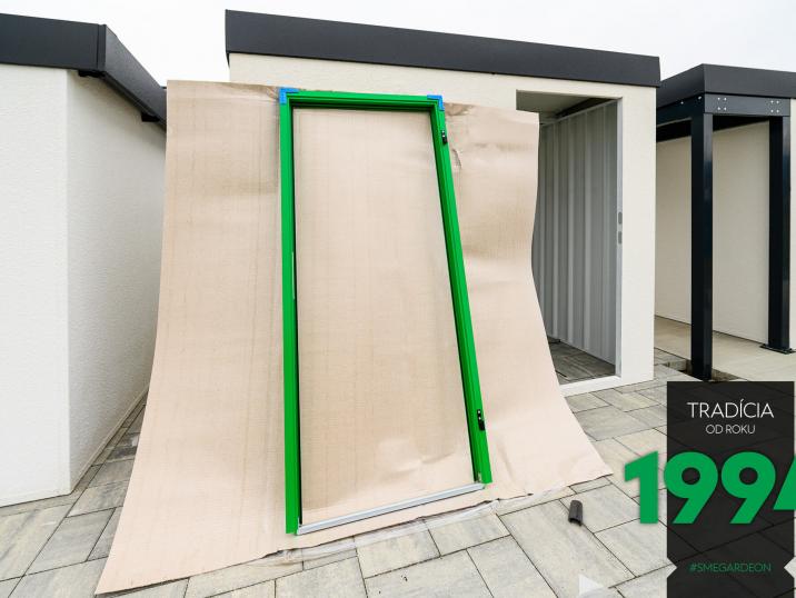 Opřený zelený rám dveří GARDEON