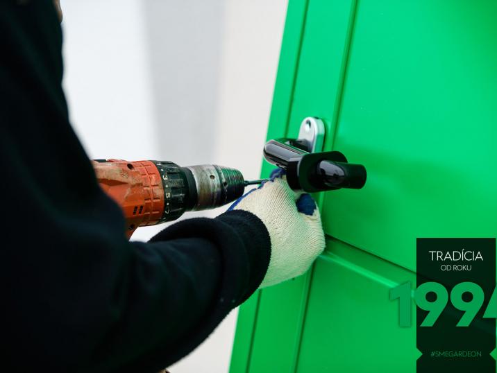 Kliky na zelených dveřích GARDEON